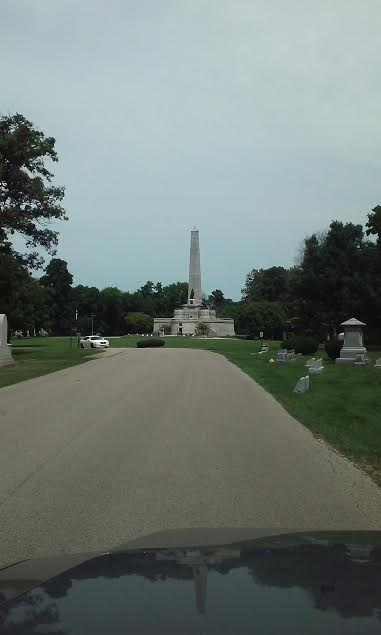 lincoln-tomb-springfield-illinois-oak-ridge-cemetery-18-july-2016-driving-toward-tomb